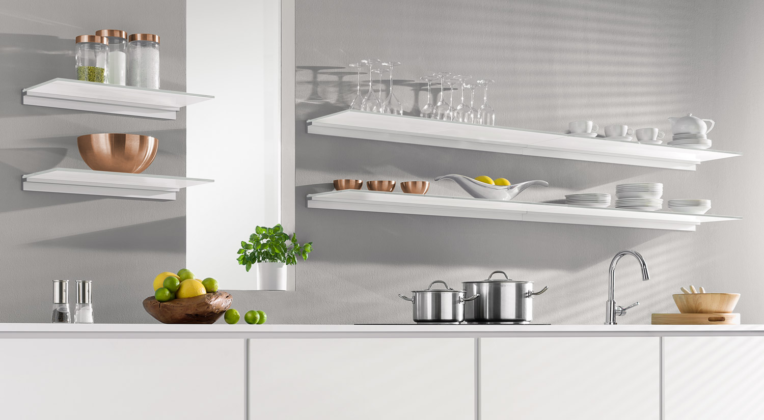 Glass shelf boards - MAXI glass shelf board with CUBE glass shelf bracket in the kitchen