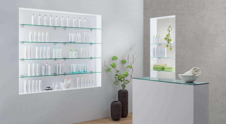 Glasregal - Glasboden SQUARE in klar und satiniert mit Regalträger BLOC im Ladenbau