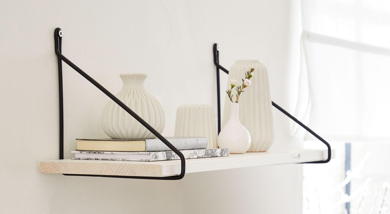 Wandregal weiß - VINTAGE weiß mit FIL Metall-Konsole schwarz im Wohnzimmer